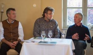 """Bergfilmfestival Tegernsee 2017 - Kamingespräch im Stieler-Haus zu """"Alpenplan - Ein Modell in Gefahr?"""", v.li. Dr. Guido Plassmann - ALPARC, Gesprächsleiter Dr. Georg Bayerle - BR, Stefan Witty - Geschäftsführer CIPRA Deutschland"""