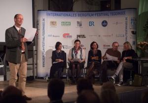 Festivaldirektor Michael Pause mit der Jury (von links sitzend) Ingrid Runggaldier (Italien), Carla Braun-Elwert (Neuseeland), Lisa Röösli (Schweiz), Dr. Peter-Hugo Scholz (Deutschland), Adi Stocker (Österreich) (Foto: Thomas Plettenberg)