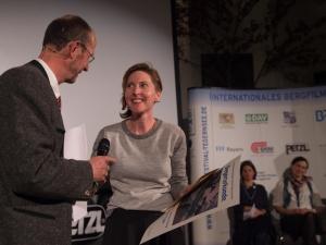 """Michael Pause (Festivaldirektor) und Amy Benson, Gewinnerin des Preises in der Kategorie """"Lebensraum Berg"""" mit DRAWING THE TIGER (Foto: Thomas Plettenberg)"""