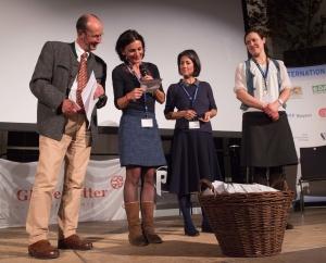 Die Gewinner des Gewinnspiels im Rahmen der Abstimmung für den Publikumspreis werden gezogen. von links: Michael Pause und die Jurymitglieder Lisa Röösli, Ingrid Runggaldier, Carl Braun-Elwert. (Foto: Thomas Plettenberg)
