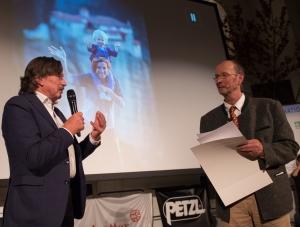 """Rudi Erlacher, DAV, und Michael Pause. Im Hintergrund das Bild, das die Gewinnerin des Preises des Alpenvereins -bester Film in der Kategorie """"Erlebnisraum Berg""""- als Dankeschön per Email geschickt hat (Foto: Thomas Plettenberg)"""