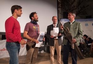 """Von links: Daniele Nardi, Federico Santini, Michael Pause, Bürgermeister Johannes Hagn. Preis der Stadt Tegernsee für """"Verso l'ignoto / Ins Ungewisse"""" mit dem Zusatzpräsent - einem Bergstock. (Foto: Thomas Plettenberg)"""