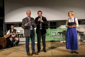Herbert Doll (Mitte) bei der Bekanntgabe des Kleinen Preises des Bergfilm-Festivals für den besten Kinder und Jugendfilm, den monte mare Betriebsgesellschaft sponsert, und der in der Abstimmung durch die Schüler und Jugendlichen ermittelt wird - Viacruxis von Ignasi López
