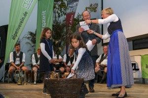 Die Töchter des Gewinners des Bergzeit-Preises in der Kategorie Naturraum assistierten bei der Ziehung des Gewinner aus dem Gewinnspiel im Rahmen der Abstimmung zum Publikumspreis.