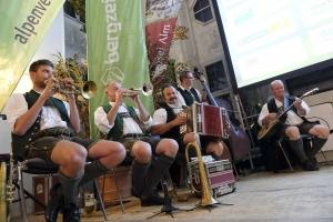 Die Riederstoa Musik spielt zur Begrüßung und zur Unterhaltung beim Abschlussabend des Bergfilm-Festivals