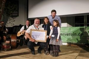 """Uwe Müller (kniend) Gewinner des Bergzeit-Preises mit """"Wildes Deutschland - Das Erzgebirge"""", Kategorie Naturraum Berg, mit seinen Töchtern und Martin Stolzenberger von Bergzeit."""