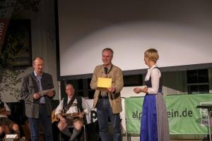 Stefan Maier (Mitte), Programmchef Bayern 2, gibt den Gewinner des Bayern 2-Publikumspreises bekannt: The Dawn Wall / Durch die Wand von Peter Mortimer/Josh Lowell