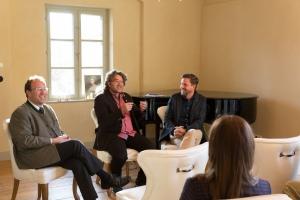 """Josef Bierschneider (Bürgermeister von Kreuth), Dr. Georg Bayerle (Moderator), Christof Schett (Villgratental) beim Gespräch zu """"Massentourismus oder Bergsteigerdorf - Wem gehört die Zukunft?"""","""