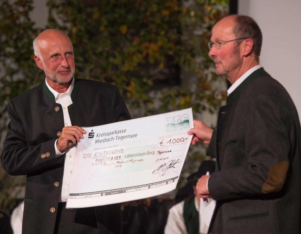 Bernhard Reith von der Tegernseer Erdgasversorgungsgesellschaft und Michael Pause mit dem Gewinnscheck für den Preis in der Kategorie Lebensraum Berg (Foto: Thomas Plettenberg