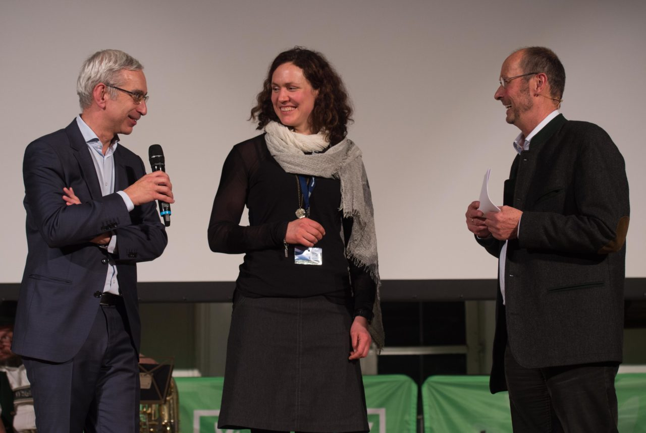 "Fernsehdirektor Reinhard Scolik - BR, Carla Braun-Elwert, Gewinnerin des Bayern 2-Publikumspreises mit ""Symphony on Skis"", Festival-Direktor Michael Pause (Foto: Thomas Plettenberg)"